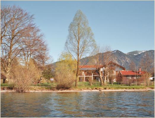 Ferienwohnung am Schliersee mit Bergblick See mit Bäumen