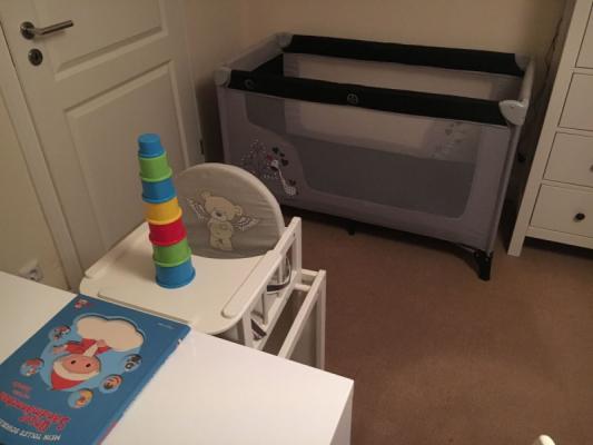 babybett-und-hochstuhl