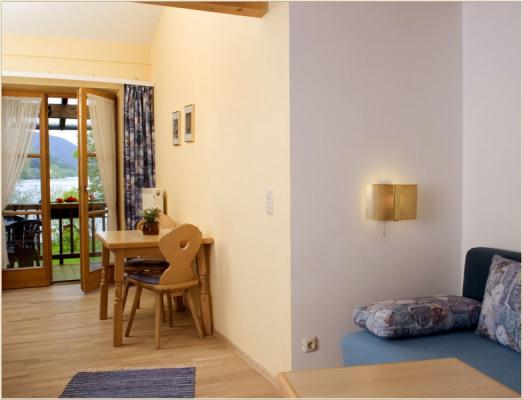 Ferienwohnung am Schliersee Gallerie Appartement mit Seeblick Tisch