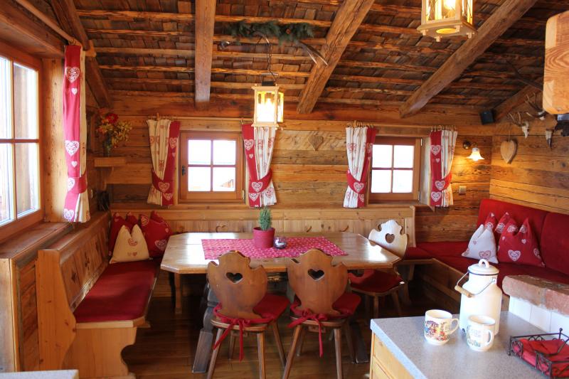 von Küche nach Tisch mit Deko Häferl+Kanne+Servietten-1