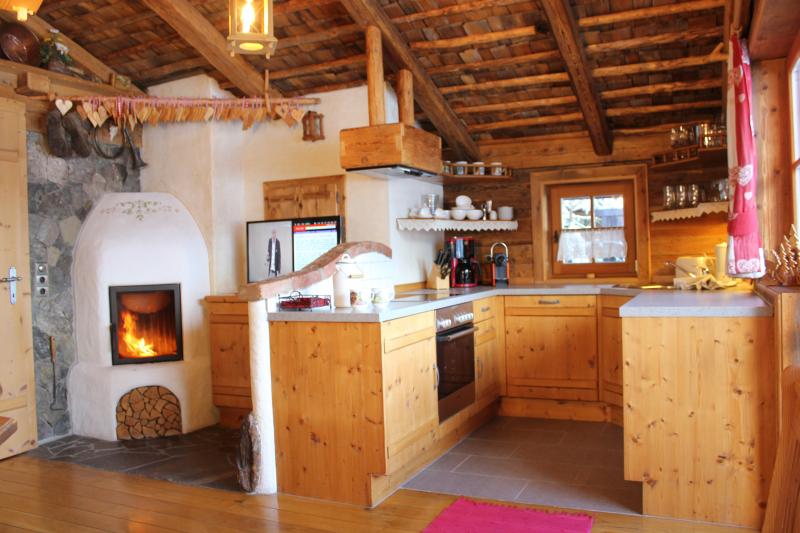 von Tisch nach Küche+TV+Kamin mit Feuer-8