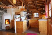 von Tisch nach Küche+TV+Kamin mit Feuer mit Deko Baum-2
