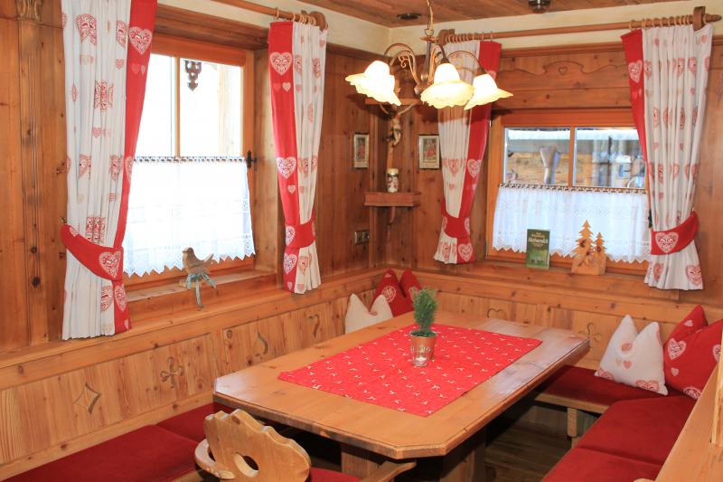 Chalet an der Piste Salzburger Land kleiner Tisch