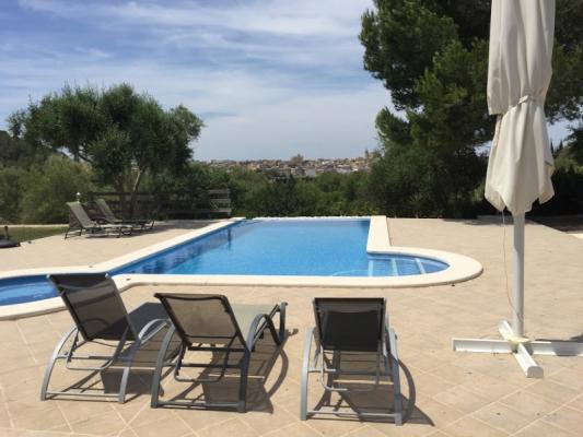 Romantische Naturstein Finca auf Mallorca Pool seitlich
