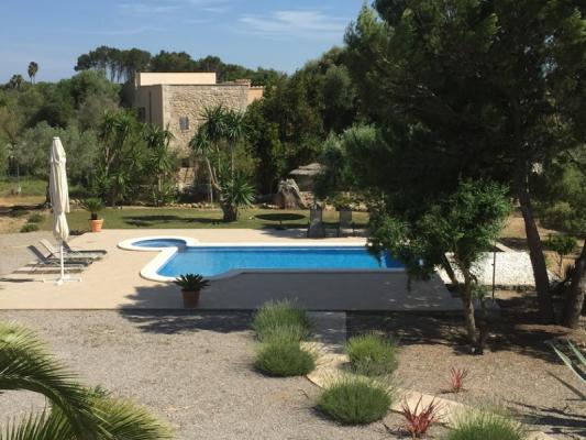 Romantische Naturstein Finca auf Mallorca Pool mit Baum
