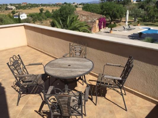 Romantische Naturstein Finca auf Mallorca Frühstückstisch