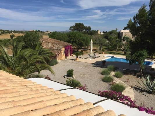 Romantische Naturstein Finca auf Mallorca Blick über den Garten