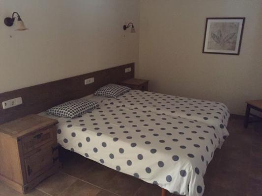 Romantische Naturstein Finca auf Mallorca Bett seitlich
