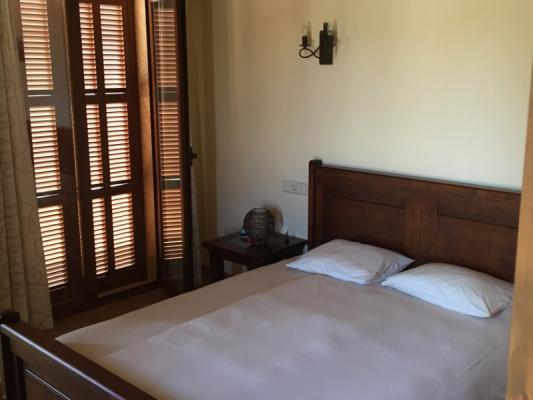 Romantische Naturstein Finca auf Mallorca Doppelbett mit Fenster