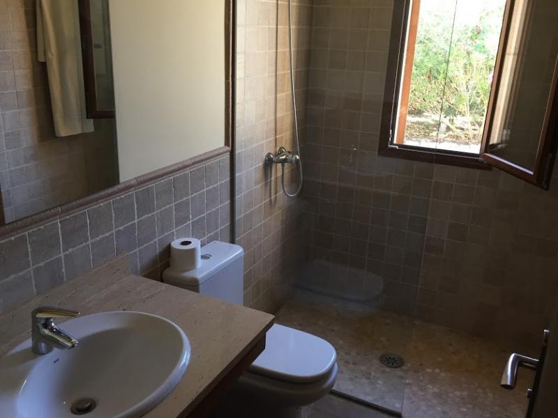 Romantische Naturstein Finca auf Mallorca Waschbecken mit Fenstr
