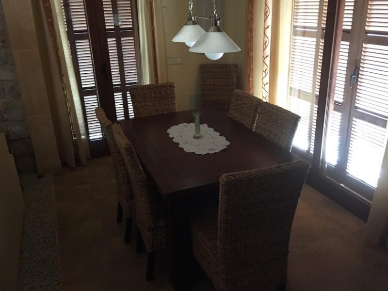 Romantische Naturstein Finca auf Mallorca Sprossenfenster mit Tisch