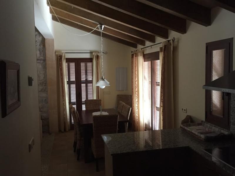Romantische Naturstein Finca auf Mallorca Blick durchs Zimmer