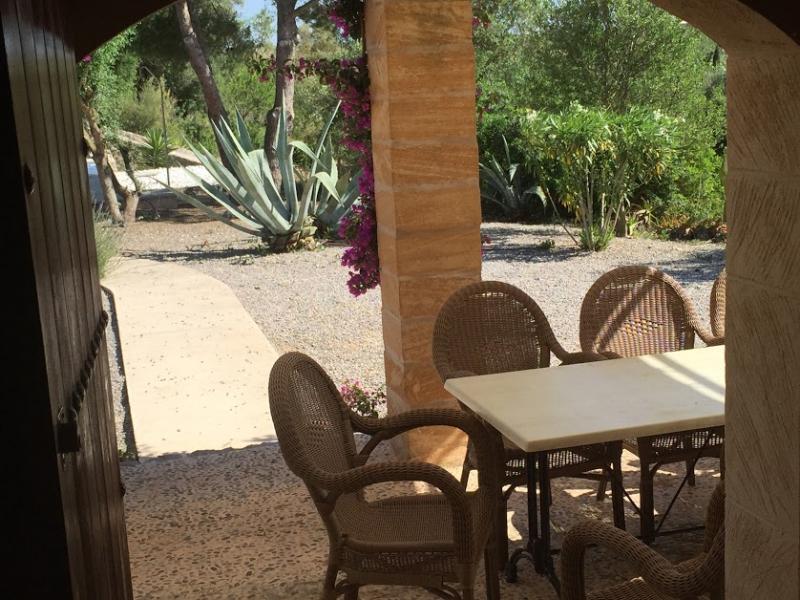 Romantische Naturstein Finca auf Mallorca Sitzen am Fenster