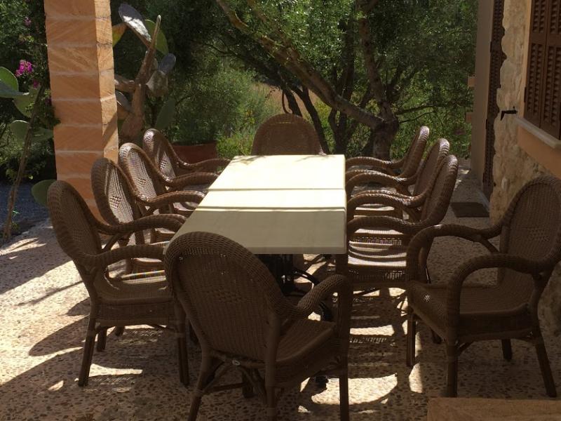 Romantische Naturstein Finca auf Mallorca Tisch mit Stühlen