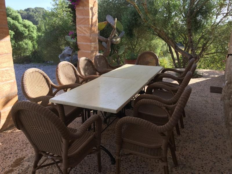 Romantische Naturstein Finca auf Mallorca Sitzen seitlich