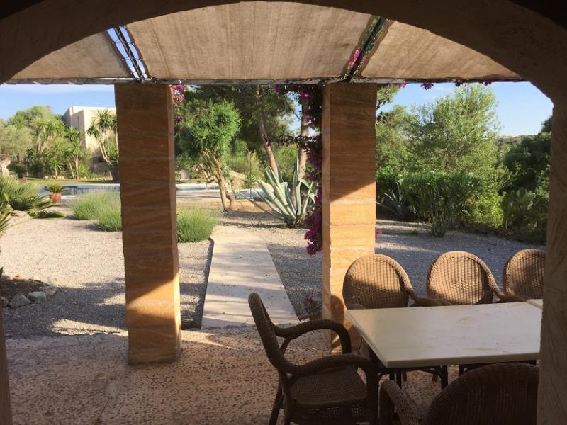 Romantische Naturstein Finca auf Mallorca überdacht sitzen
