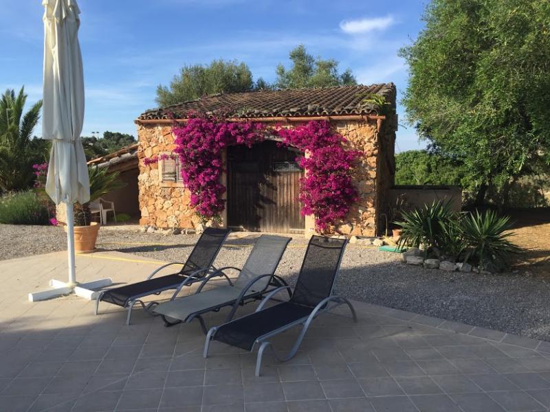 Romantische Naturstein Finca auf Mallorca Liegestühle