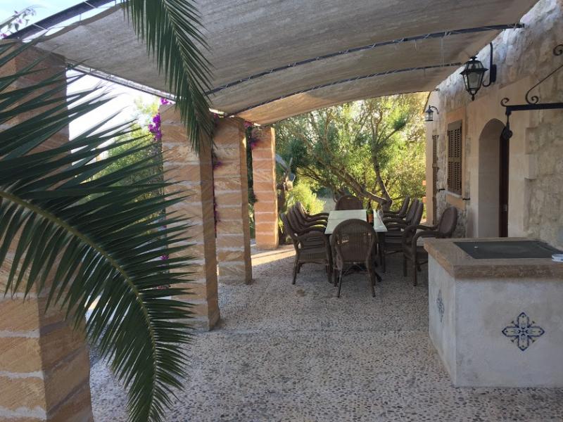 Romantische Naturstein Finca auf Mallorca Terrasse überdacht