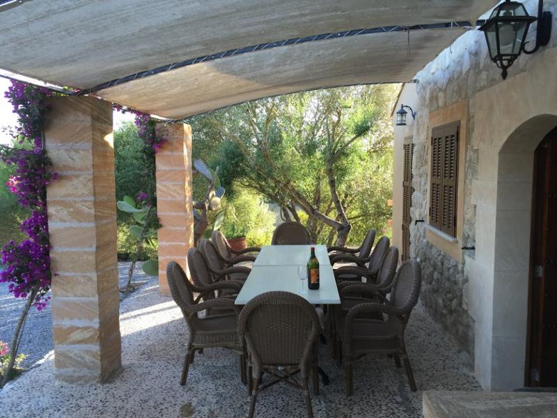 Romantische Naturstein Finca auf Mallorca überdachte Terrasse