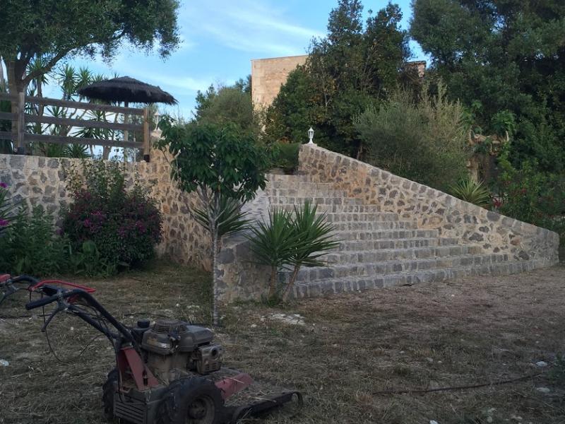 Romantische Naturstein Finca auf Mallorca Garten mit Sträuchern