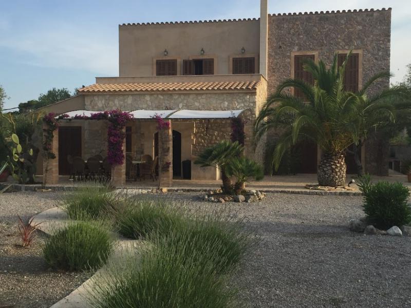 Romantische Naturstein Finca auf Mallorca Hausfront