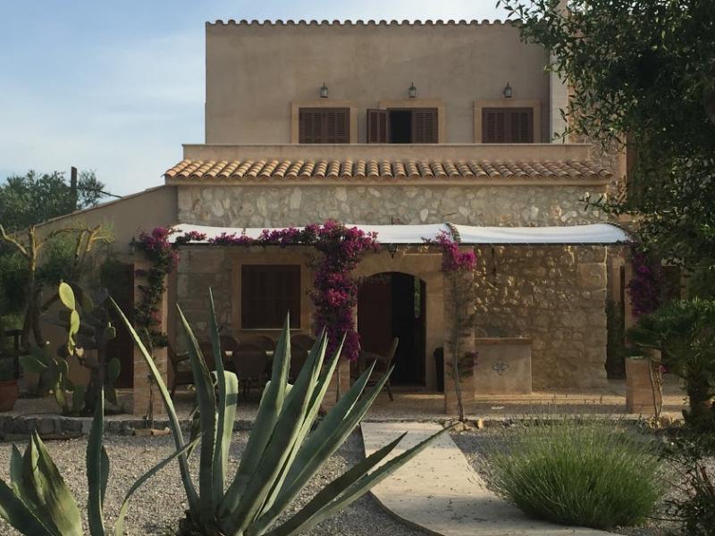 Romantische Naturstein Finca auf Mallorca Hausfront halb
