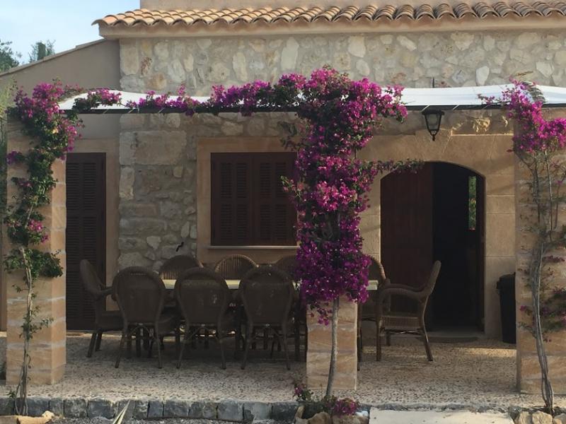 Romantische Naturstein Finca auf Mallorca Hausfront nah