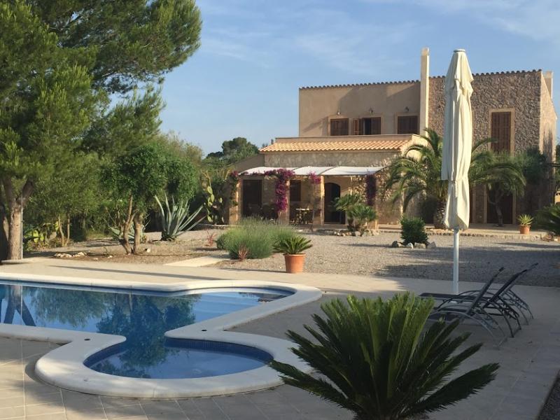 Romantische Naturstein Finca auf Mallorca Sonnenschirm und Pool