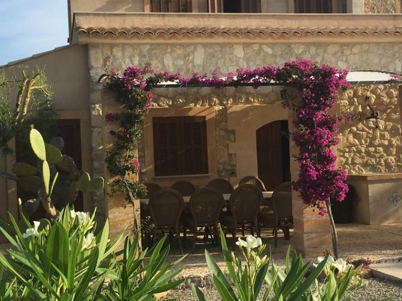 Romantische Naturstein Finca auf Mallorca Bougainville an Mauer