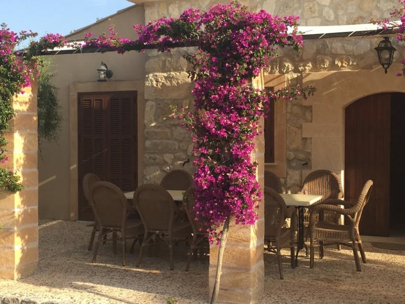 Romantische Naturstein Finca auf Mallorca Bougainville an Terrasse