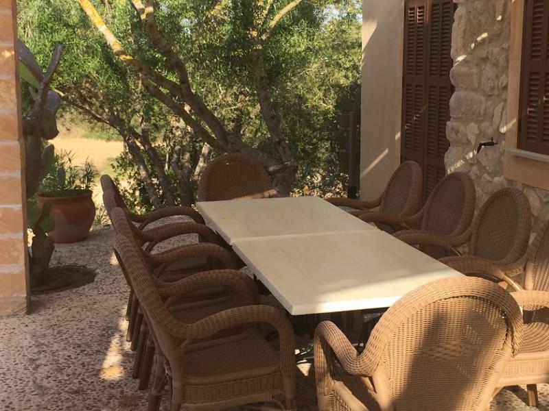 Romantische Naturstein Finca auf Mallorca Tisch auf Terrasse