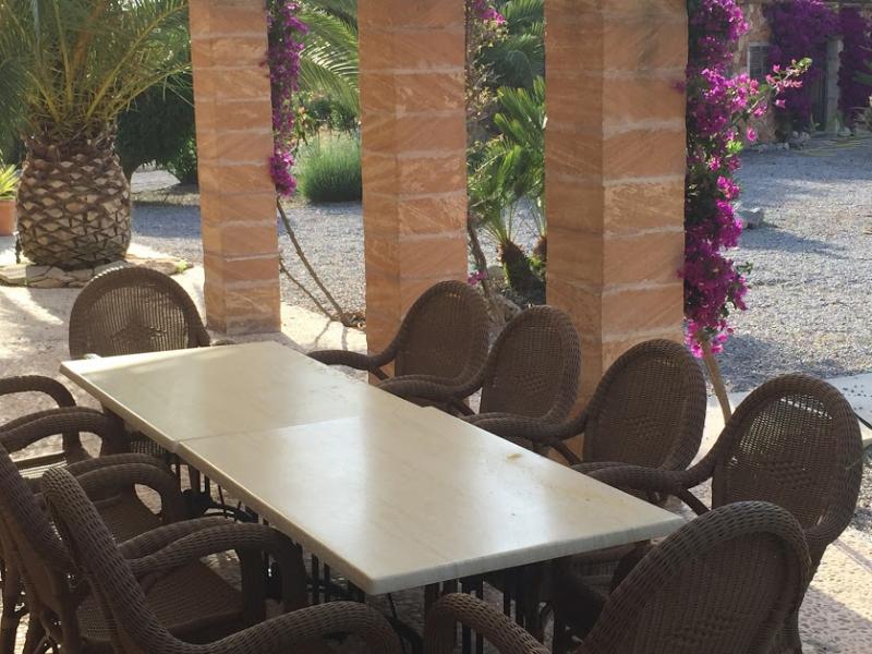 Romantische Naturstein Finca auf Mallorca Terrassentisch mit Stühlen