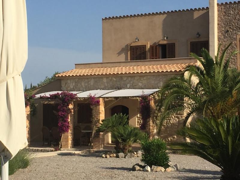 Romantische Naturstein Finca auf Mallorca Markise