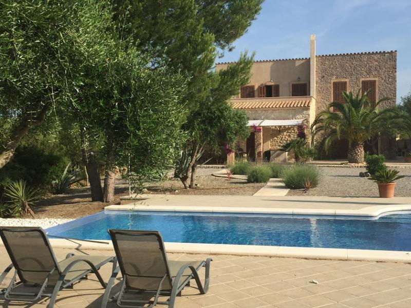 Romantische Naturstein Finca auf Mallorca 2 Liegestühle