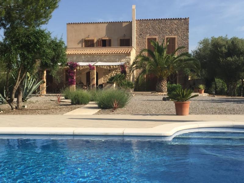 Romantische Naturstein Finca auf Mallorca Blick auf Haus mit Pool