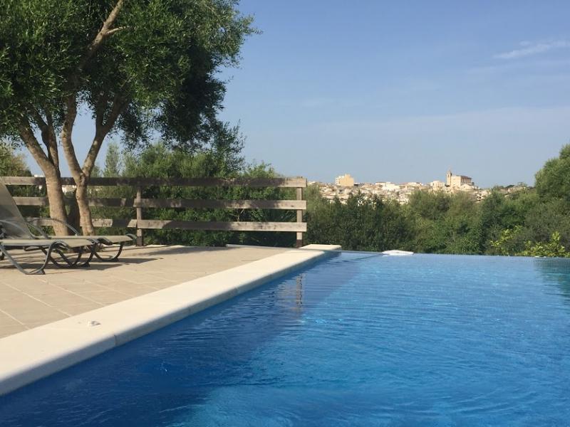 Romantische Naturstein Finca auf Mallorca Blick auf Swimmingpool