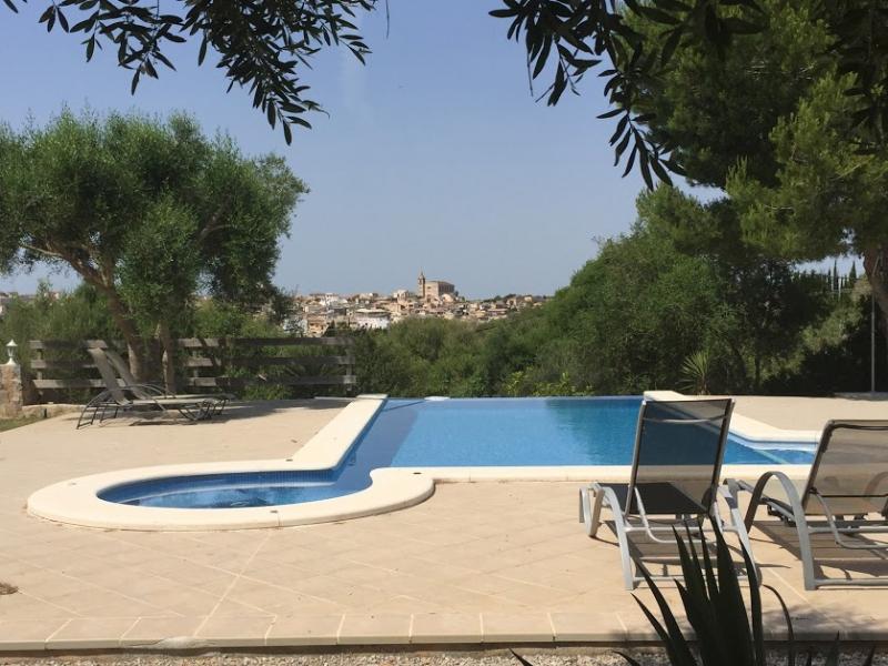 Romantische Naturstein Finca auf Mallorca Swimmingpool und Liegen
