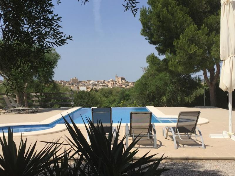 Romantische Naturstein Finca auf Mallorca Swimmingpool und Himmel