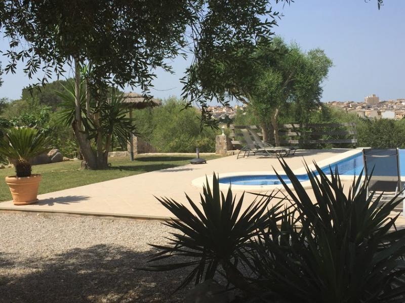 Romantische Naturstein Finca auf Mallorca Blick auf Bäume