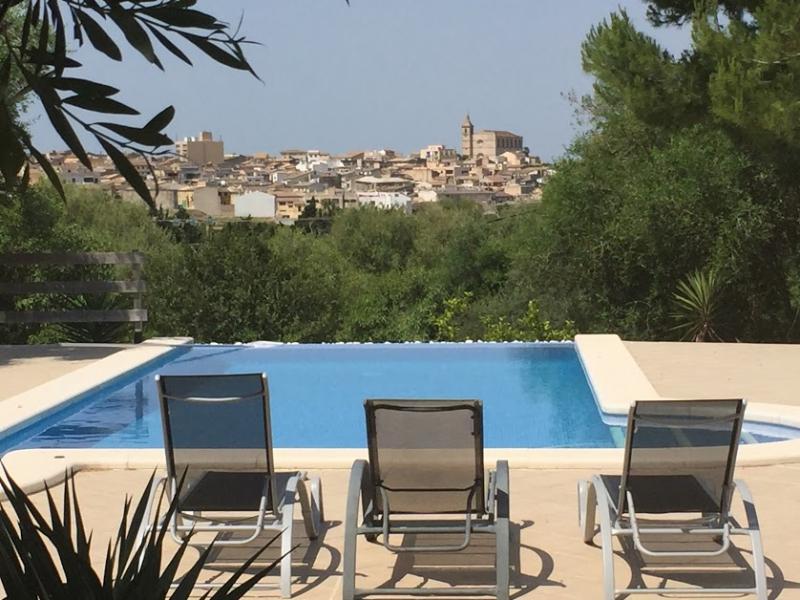 Romantische Naturstein Finca auf Mallorca Blick in die Natur vom Liegestuhl