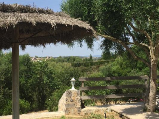Romantische Naturstein Finca auf Mallorca Sonnenschirm offen