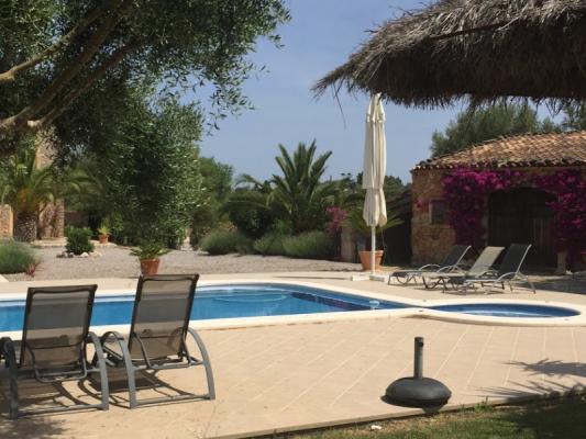 Romantische Naturstein Finca auf Mallorca Pool und Sonnenliege