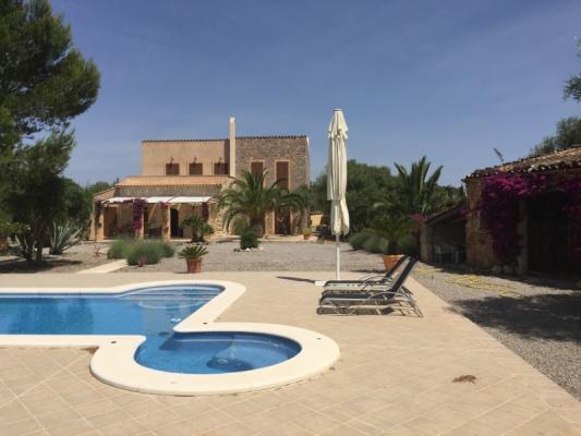 Romantische Naturstein Finca auf Mallorca Pool eckig