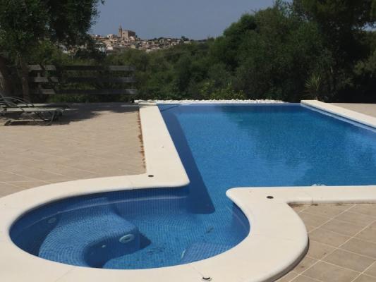 Romantische Naturstein Finca auf Mallorca Pool mit Bäumen