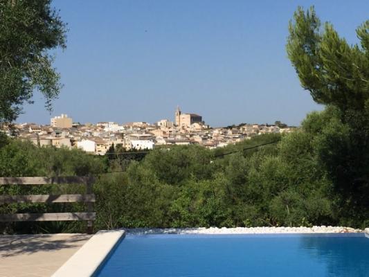 Romantische Naturstein Finca auf Mallorca Blick vom Pool in die Natur