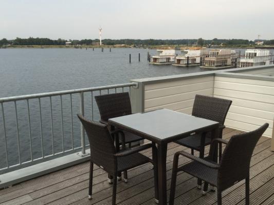 Olpenitz Maisonette Ferienwohnung tisch an Deck