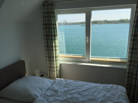 Olpenitz Maisonette Ferienwohnung Bett mit Fenster