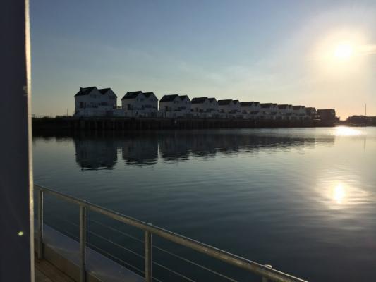 Schwimmendes Ferienhaus in Olpenitz Hafen m Abend