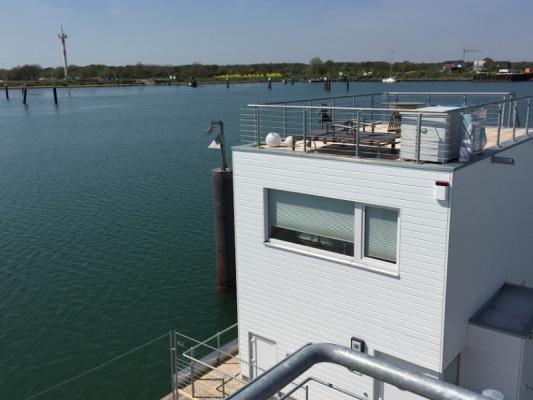 Schwimmendes Ferienhaus in Olpenitz Blick aufs Hausboot