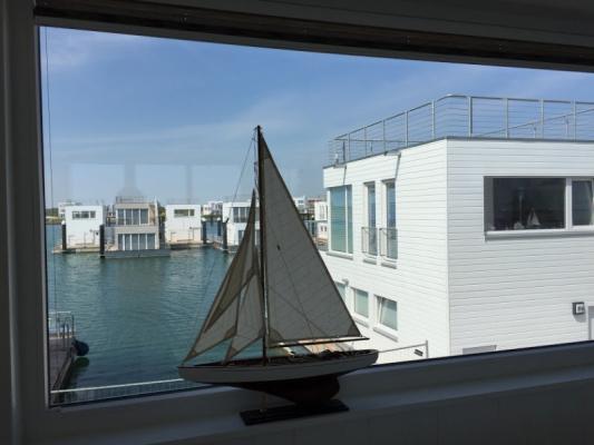 Schwimmendes Ferienhaus in Olpenitz Blick auf Nachbarboot